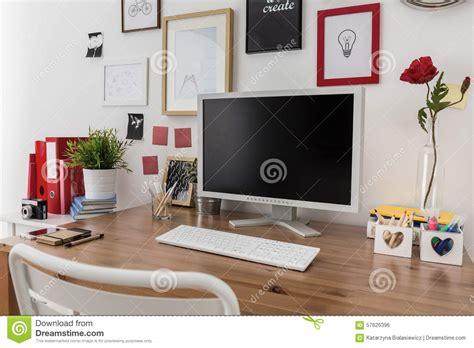 ordinateur de bureau sur le bureau en bois photo stock