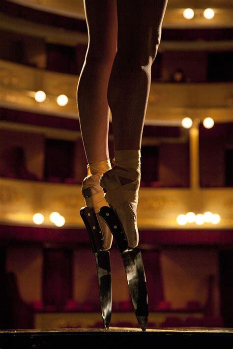 ballerina wears knife shoes  perform en pointe bored panda