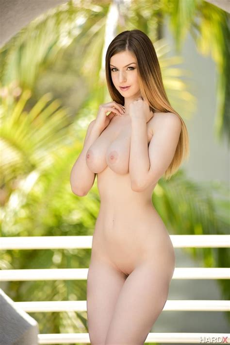 Smoking Hot Stella Cox Shows Off Her Sexy Curves Of