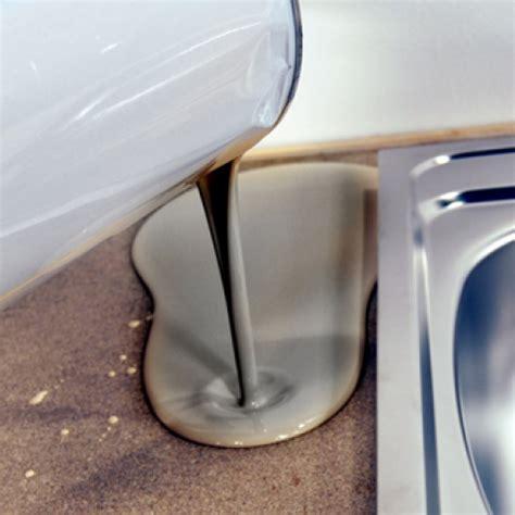 cuisine blanche et bleue appliquer une résine sur un plan de travail de cuisine