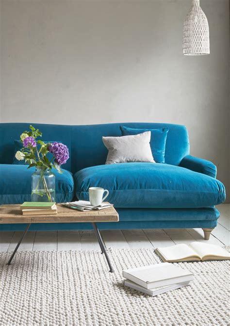 settee living room 25 best ideas about blue velvet sofa on blue