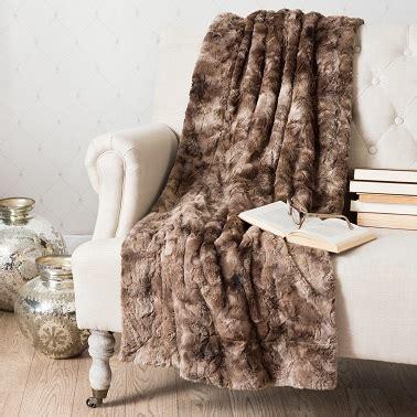plaids fausse fourrure pour canapé plaid maisons du monde et autres douceurs pour l hiver