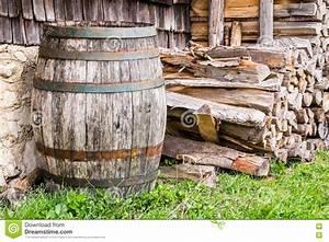 Tonneau En Bois : vieux tonneau de vin en bois photo stock image du image ~ Melissatoandfro.com Idées de Décoration