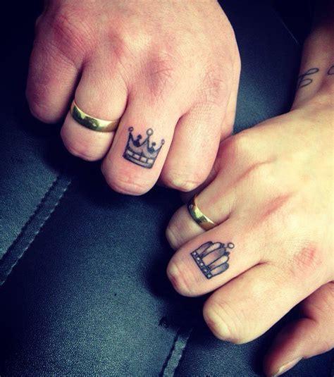 photo tatouage couronne sur les deux doigts