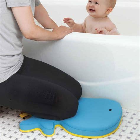 coussin pour genoux pour assister b 233 b 233 dans le bain collection moby par skip hop achat en ligne