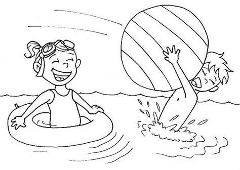 disegni bimbi al mare da colorare bambini che giocano a palla al mare da colorare mare