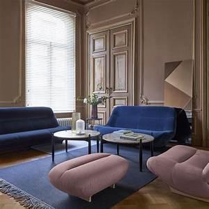 Canapé Bleu Roi : un petit canap minimaliste bleu roi dans une d coration design avec des tables basses en marbre ~ Teatrodelosmanantiales.com Idées de Décoration