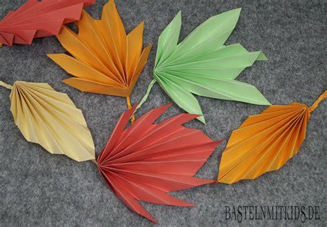Herbstdeko Fenster Mit Kindern by Papier Falten F 252 R Bunte Herbstbl 228 Tter Basteln Mit