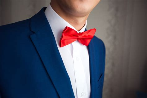 blauer anzug rote fliege fliege zum anzug