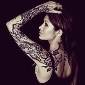 Tatouage Bras Femme Fleur : idee tatouage dentelle noir et gris femme bras complet ~ Carolinahurricanesstore.com Idées de Décoration