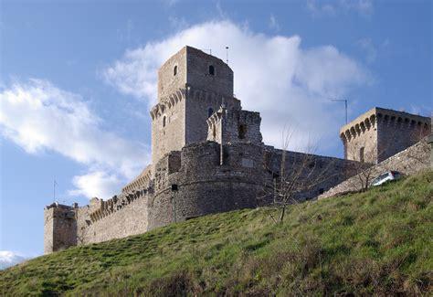 amazing castles    visit  italy hand