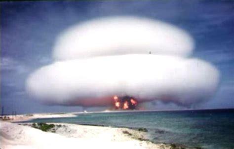 Vast mushroom cloud from 1958 'Nutmeg test' fills the sky ...