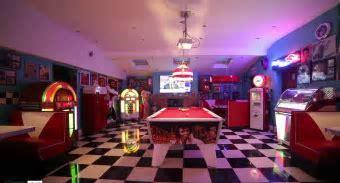 Retro 1950's Home Diner: Furniture, Vintage Machines, Game