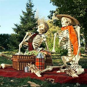 halloween garden decorations ideas with skeletons skulls With decoration d halloween exterieur