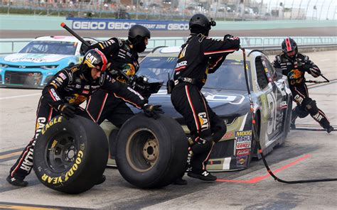 Pit Crew by United Sends Its Employees To Nascar Pit Crew To