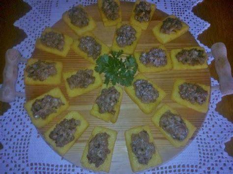 Poleneta me salçiçe dhe kërpudha ( Receta gatimi nga Leonora Pane ) - Kuzhinaime.al