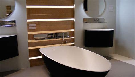 zwart wit badkamer met vrijstaand design bad van van