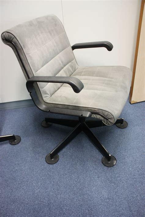siege axa assurance fauteuils de bureau garniture en nubuck reposant sur