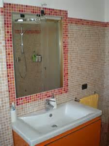 Bagno con mosaico bianco arancione domus