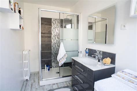cuisine moderne blanche et bois gris et blanc dans la salle de bains moderne de à