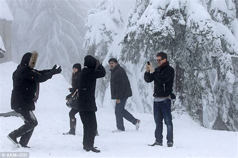 Michael Bublé and Luisana Lopilato lark about in the snow ...