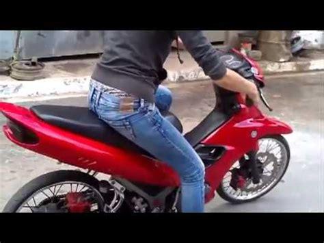 Donne In Minigonna Al Volante La Prima Volta Sullo Scooter Per Una Ragazza