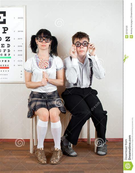 bureau deux personnes lunettes s 39 usants pour deux personnes photo stock image