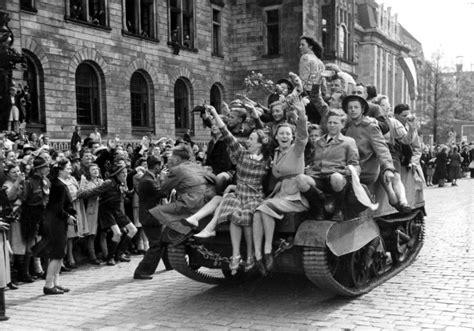 bloemen voor russiche soldaten 1945 museum rotterdam 40 45 nu nl