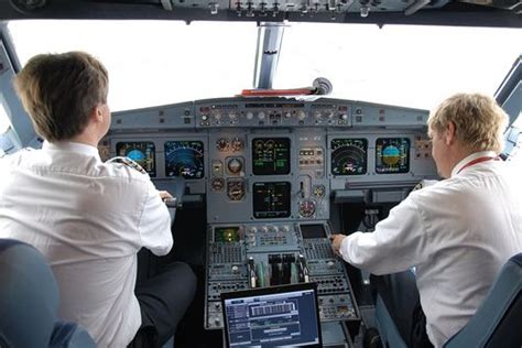 außen und innen aua bildet wieder neue piloten aus und sucht weitere flugzeugf 252 hrer austrian wings