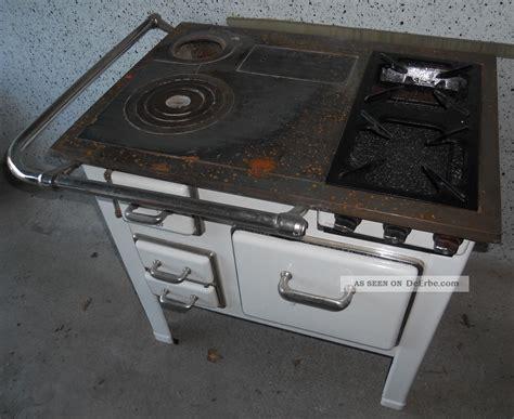 Nostalgischer Alter Küchenherd, Holzofen Mit Gusseisenplatte Und Gaskochstellen