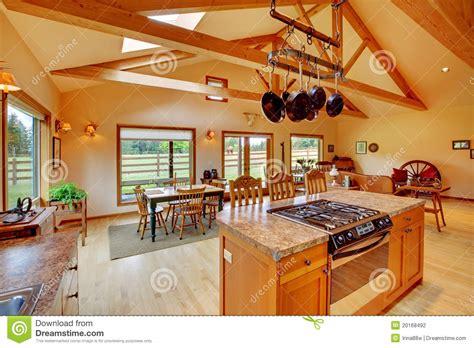sala de estar grande en el rancho  la cocina foto de