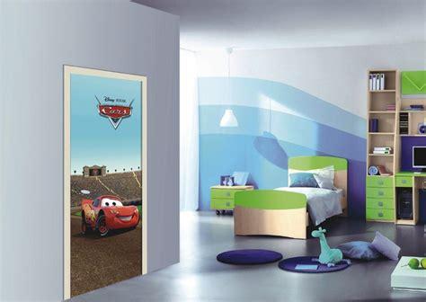 chambre disney flash mcqueen se fige sur la porte de la chambre enfant