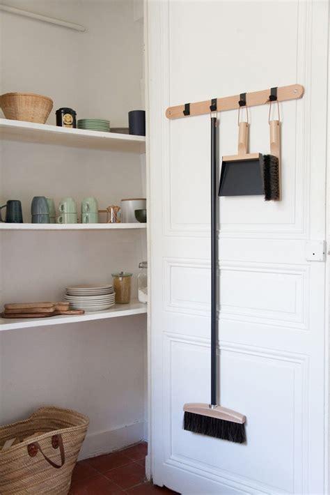 rangement cellier cuisine une armoire dans le mur pour ranger dans une cuisine