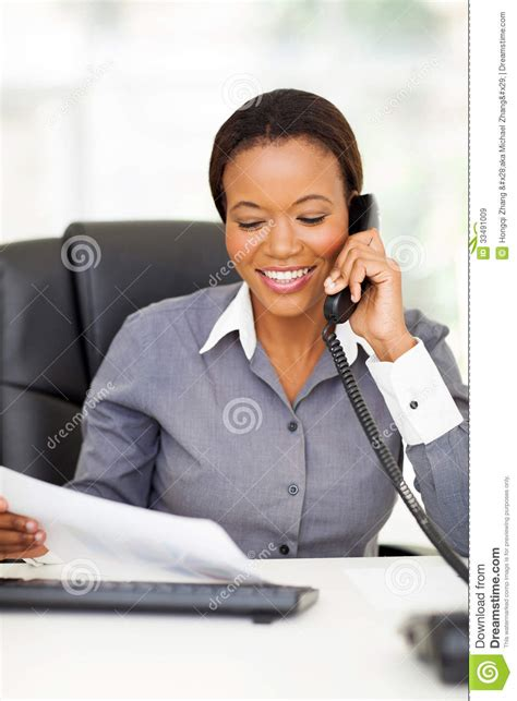 employe de bureau téléphone d 39 employé de bureau image stock image du noir
