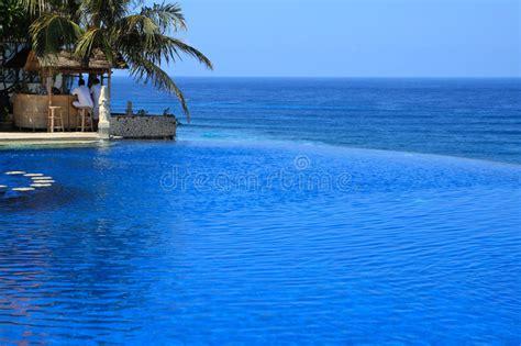 albergo con piscina in balcone moderno al crepuscolo immagine stock immagine di