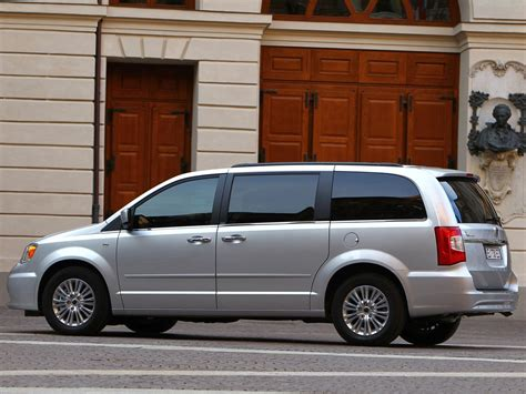 Lancia Voyager (2012) picture #21, 1024x768