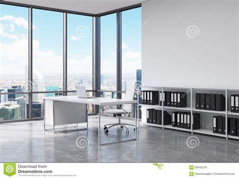 travailler dans un bureau un lieu de travail de président dans un bureau panoramique