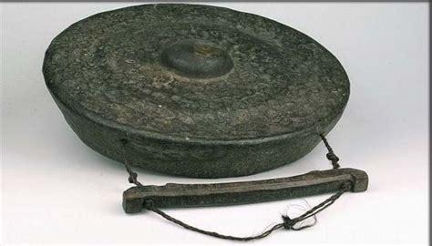Alat musik aramba ini termasuk dalam jenis idiofon dan cara memainkannya hanya dipukul dengan menggunakan stik kayu. 21+ Alat Musik Tradisional Asli Indonesia Lengkap Gambar ...