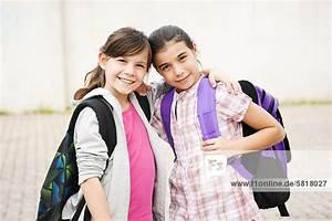 Haarfarbe Kind Berechnen : zwei l chelnde m dchen umarmen sich lizenzpflichtiges bild bildagentur f1online 5818027 ~ Themetempest.com Abrechnung