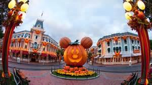 Halloween Theme Parks 2017 by Three Ways The Disneyland App Makes Mickey S Halloween