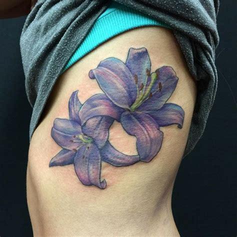 tatouage fleur de lys beaucoup didees de modeles