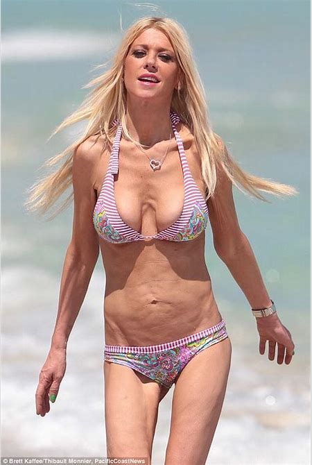 Tara Reid looks worryingly thin as she shows her bony rib cage in Miami | Daily Mail Online