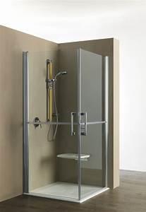 Una doccia anziani senza barriere con l'aggiunta della seduta