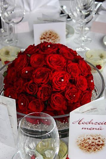 tischdeko weinrote rosen creme einladungen deko und