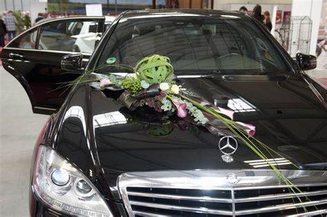 blumenschmuck hochzeit auto blumenschmuck f 252 r hochzeitskutsche limousine kutsche