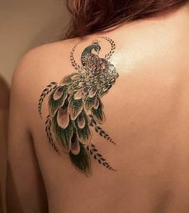 Tatouage Femme Epaule Discret : photo tatouage sur l 39 paule d 39 une femme repr sentant un paon ~ Melissatoandfro.com Idées de Décoration