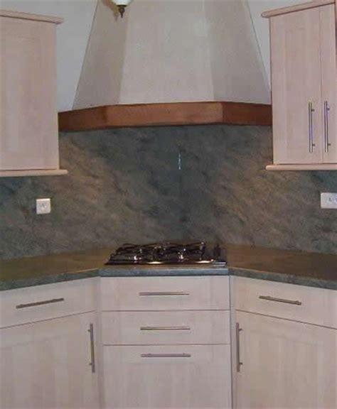 hotte angle cuisine implantation évier en angle plaque cuisson en angle