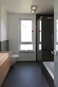 Modernes Badezimmer Galerie : modernes badezimmer mit kontrastreicher farbgebung ~ Markanthonyermac.com Haus und Dekorationen