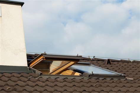 dachfenster einbauen genehmigung dachfenster mit notausstieg 187 schaffen sie einen rettungsweg