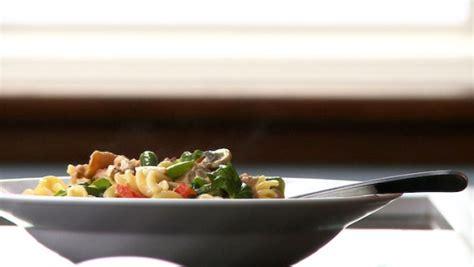 cuisiner la palette de porc pâtes au poulet jambon et légumes